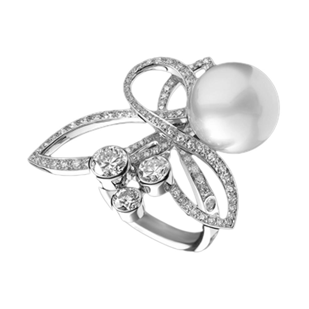 Dressy women love with pearl decorated gold napkin rings