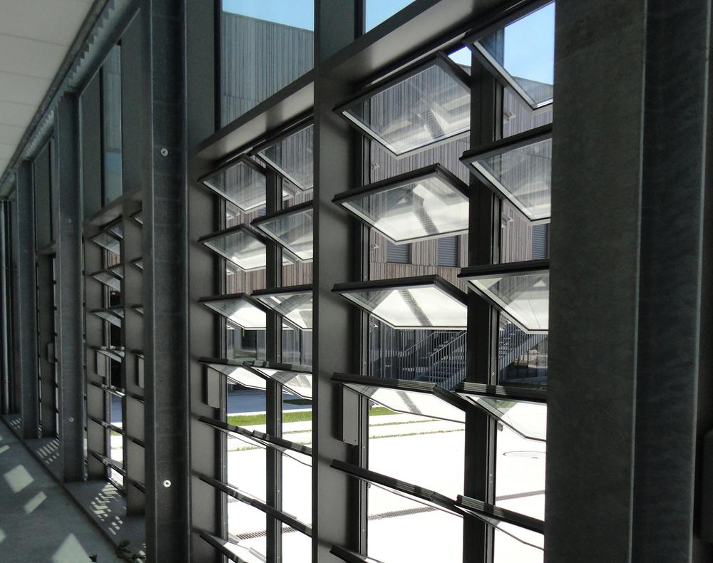 Adjustable vertical glass louver aluminum window