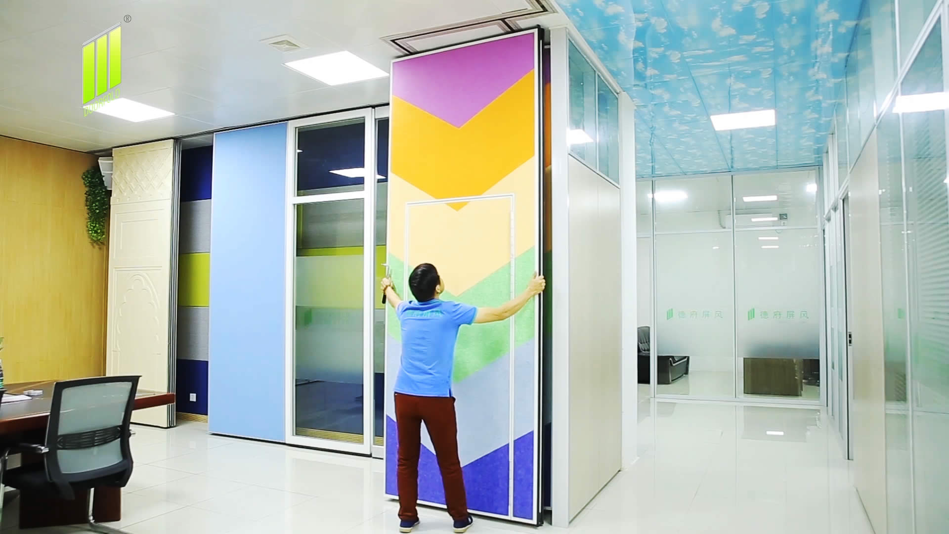 The movable wall operation from the showroom to the meeting room